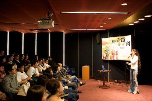Noel & audience, Book Launching Event, Eslite Bookstore, Taipei, Taiwan